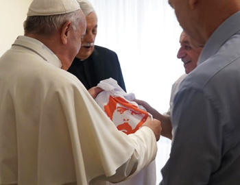 Pope Francis receives a shirt of the the campaign Free Lula