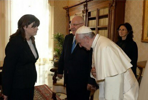 Pope Francis bows to a Jew
