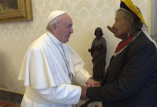Francisco se encuentra con el jefe indígena amazónico 2