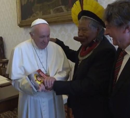 Francisco se encuentra con el jefe indígena del Amazonas 4