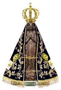 La estatua adornada de Nuestra Señora Aparecida.