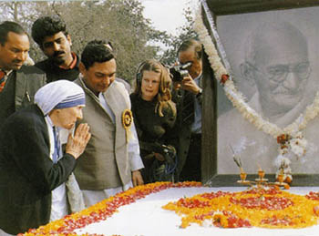 Mother Teresa praying at the tomb of Ghandi