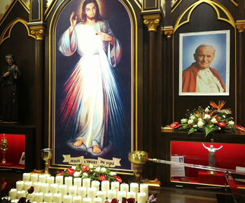 Image of John Paul II next to an image of the divine mercy
